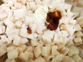 凉拌红油藕丁,加入盐,鸡粉,蚝油