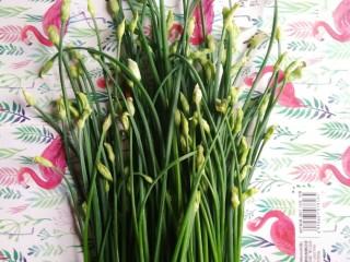 韭苔炒胗花,韭苔摘回来后洗净,市场上也有得卖。