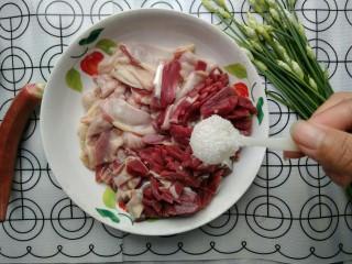 韭苔炒胗花,加入白糖一勺。
