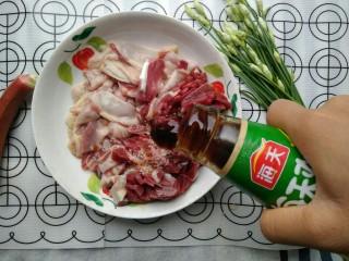 韭苔炒胗花,约1勺的蚝油。
