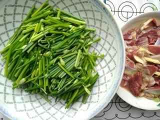 韭苔炒胗花,将韭苔切成约4cm的小长段。
