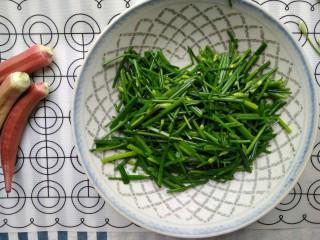 韭苔炒胗花,七八分熟时盛出备用。