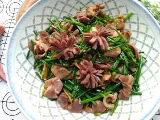 韭苔炒胗花,盛出装盘,切好的胗花煮熟了会开得美美哒~O(∩_∩)O~