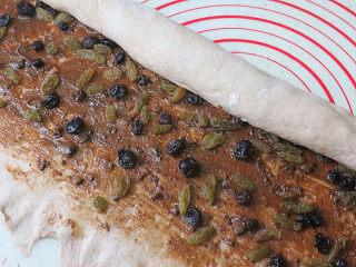健康美味手撕包【肉桂果干黑麦面包】,自上而下卷起成长圆柱体