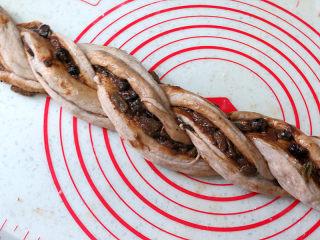 健康美味手撕包【肉桂果干黑麦面包】,两股面团交叉拧成麻花状,注意将切面朝外