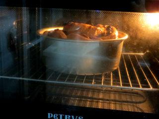 健康美味手撕包【肉桂果干黑麦面包】,放入预热至190°C的烤箱中烤约40分钟左右,表面上色后要及时加盖锡纸,我烤了10分钟左右就开始盖锡纸的(温度和时间按自家烤箱习性调整)