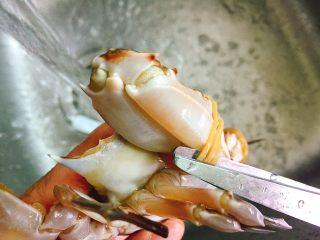 家常菜+葱油梭子蟹,用剪刀剪掉牛皮筋