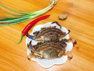 家常菜+葱油梭子蟹,准备好配料:生姜,香葱,红椒