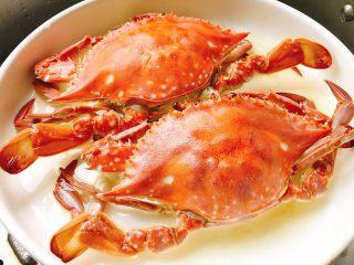 家常菜+葱油梭子蟹,蒸好后取出姜片和香葱段