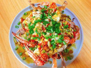 家常菜+葱油梭子蟹,再撒上葱花