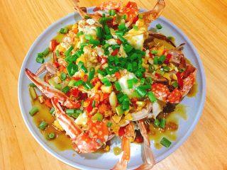 家常菜+葱油梭子蟹,等锅冒烟后直接淋在葱花上即可。