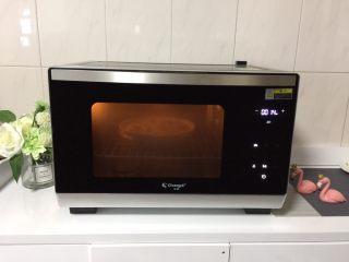 花蛤蒸蛋,将花蛤蛋液送入蒸烤箱中,开启蒸汽功能