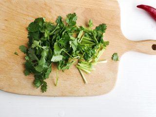 辣炒花甲,香菜洗净切末备用