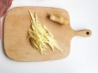 辣炒花甲,生姜洗净切成丝备用