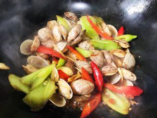 辣炒花甲,翻炒至花甲开壳即可收汁出锅