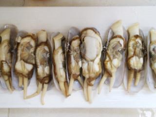 鲜香可口的蒸蛏子,葱姜蒜切末,蛏子摆入盘中备用。