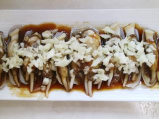 鲜香可口的蒸蛏子,将蛏子放入盘中,在蛏肉间铺上蒜蓉,