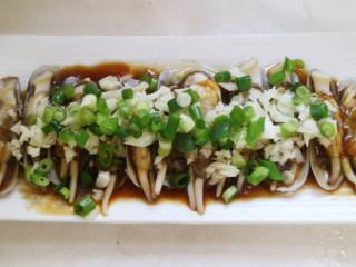 鲜香可口的蒸蛏子,出锅后撒上姜末、葱花;浇热油,盘底淋入蒸鱼豉汁即成。