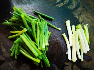 葱油拌面,将小葱切段,葱白和葱叶分开
