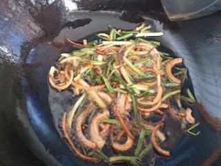 葱油拌面,将洋葱和小葱炸至金黄