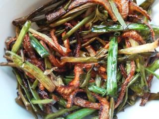葱油拌面,捞出盛在碗中备用