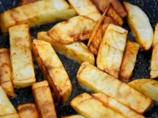 川味土豆排骨,排骨这么做非常好吃,中小火炸至金黄。