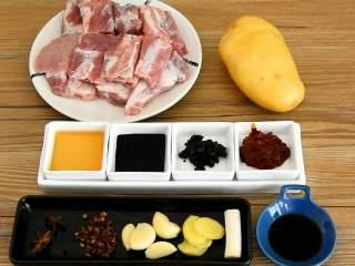 川味土豆排骨,排骨这么做非常好吃,【主料】:排骨 1斤| 土豆 1个 【辅料】:香醋 1勺|八角 2颗|豆瓣酱 1勺|花椒 少许|豆鼓酱 1勺|蒜瓣少许|老抽 1勺|姜片 少许|料酒 2勺|大葱 1段