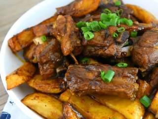 川味土豆排骨,排骨这么做非常好吃,品相和味道都很好哦~
