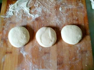 红豆沙饼,把面团均匀分成大小的剂子