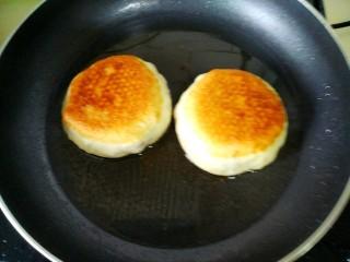 红豆沙饼,中小火烙两面金黄即可