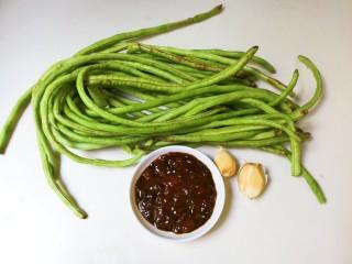 黄豆酱焖豇豆,准备好食材:300克豇豆,两勺黄豆酱 ,两瓣蒜瓣