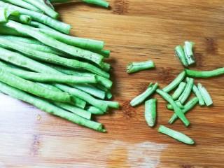 黄豆酱焖豇豆,豇豆洗净去掉头尾