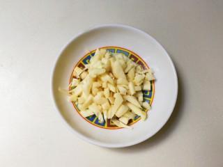 黄豆酱焖豇豆,蒜瓣剥去皮切粒