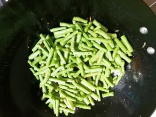 黄豆酱焖豇豆,放入豇豆
