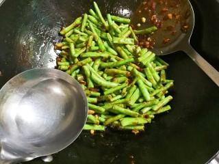 黄豆酱焖豇豆,放入热水