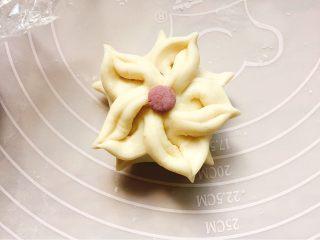 花样豆沙包,取一丢丢紫薯面团搓圆点缀在中间