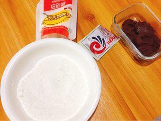 花样豆沙包,食材准备好:中筋面粉,发酵粉,细砂糖,豆沙馅