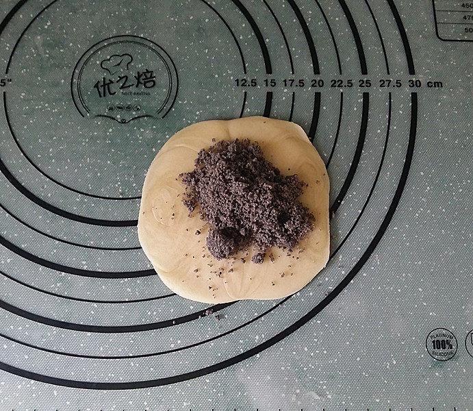 黑芝麻桑葚酥烧饼,用擀面仗擀平放上黑芝麻核桃桑茸馅