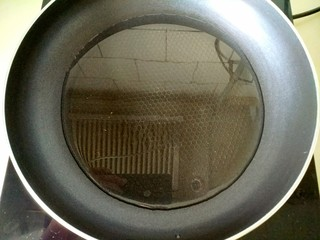 鲫鱼汤,锅烧热,放入食用油