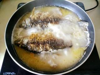 鲫鱼汤,大火煮开十五分钟