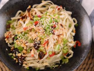 夏季四川最热卖的美食之一,家庭懒人做法——川味鸡丝凉面