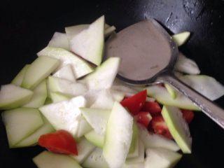 葫芦瓜番茄肉片汤,热油锅,放入瓜和番茄炒软