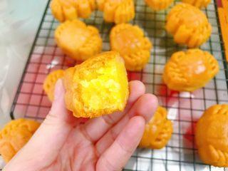 一起来啃螃蟹吧——金沙奶黄月饼,迫不及待试吃一个