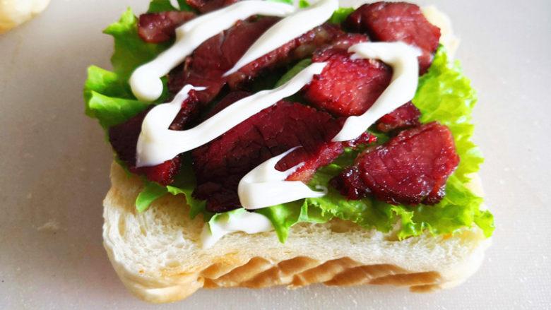 三明治,再挤上沙拉酱,