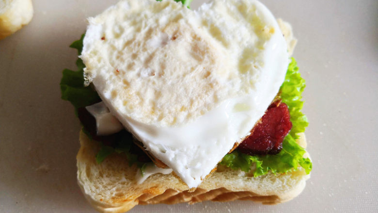 三明治,放上煎鸡蛋,