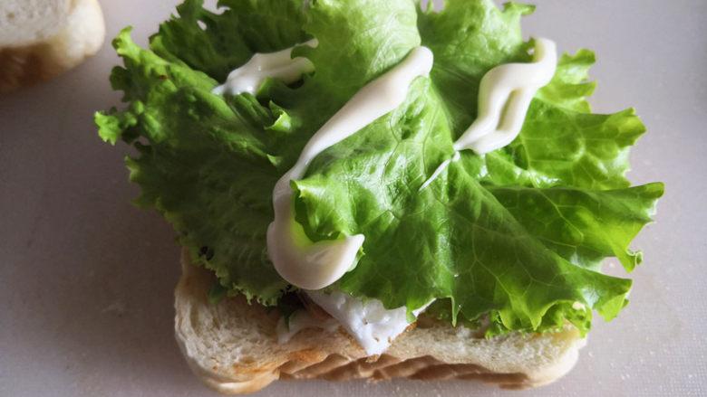 三明治,再抹上沙拉酱,