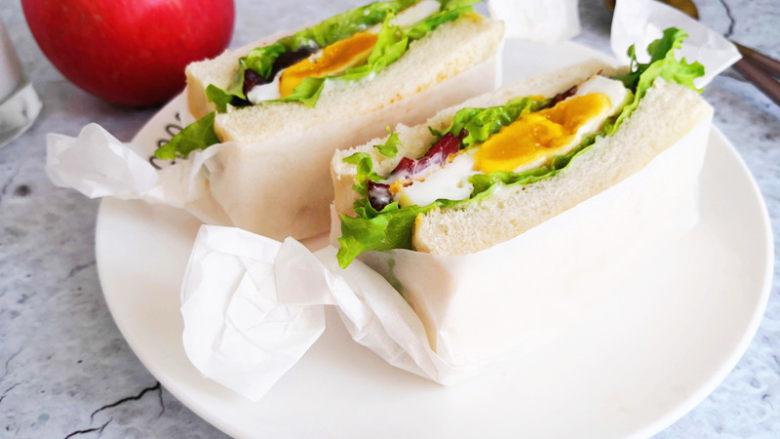 三明治,包上油纸也可以拿着路上吃,很方便呢。