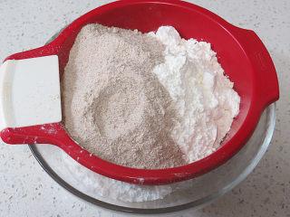 健康早餐 【黑麦开花发糕】,再把低筋面粉及黑麦粉过筛进去