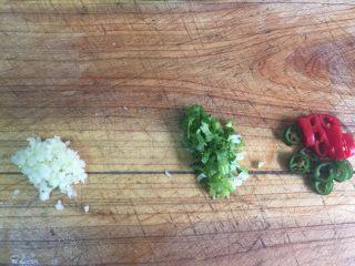 凉拌凉粉,香菜,蒜泥切碎,青红椒切好备用