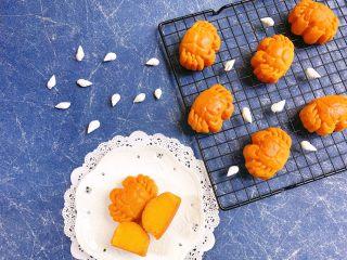 一起来啃螃蟹吧——金沙奶黄月饼,摆拍